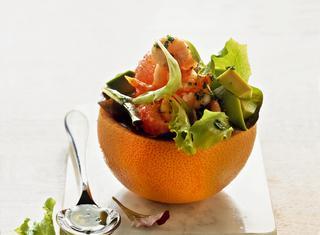 Insalata con avocado e gamberetti nel pompelmo