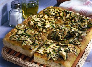 Focaccia al pesto con zucchine grigliate