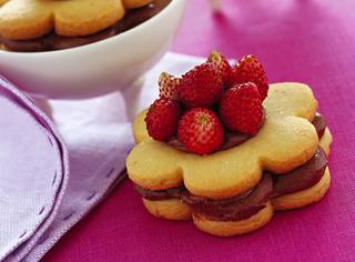 Biscotti ripieni con fragoline di bosco