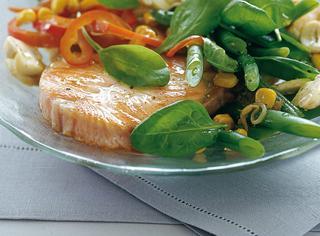 Tranci di salmone fresco con insalata ricca