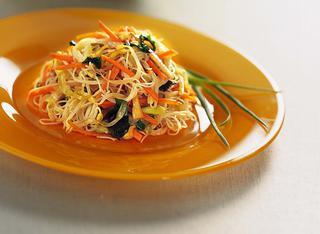 Gli spaghetti di riso e verdure