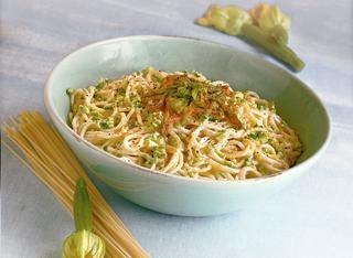 Ricetta: spaghetti alla crema di caprino e fiori di zucca