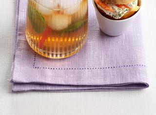 Tè freddo al basilico