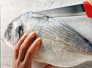 Preparare il pesce farcito al forno