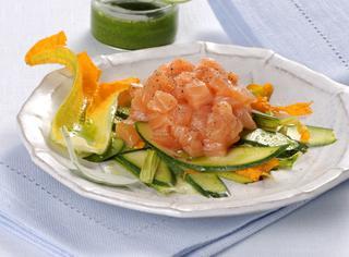 Tartare di salmone con carpaccio di zucchine