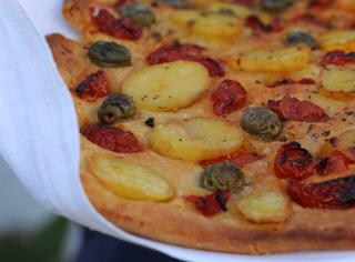 Focaccia Barese con mezzi pomodorini, patate, olive verdi e origano