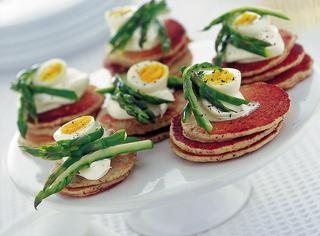 Blinis con asparagi e uova di quaglia