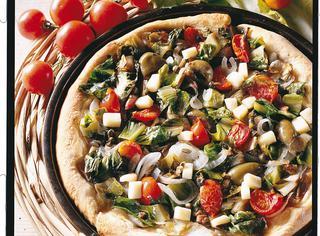 Pizza con scarola, cipolla e pomodori ciliegia