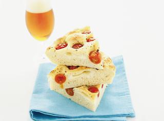 Pizza di patate, mozzarella e pomodorini