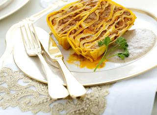 Terrina di lasagne al ragù con vellutata di porcini