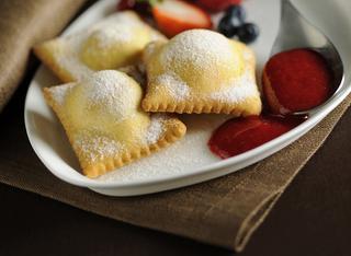 Ravioli dolci con frutti di bosco e coulis di lamponi