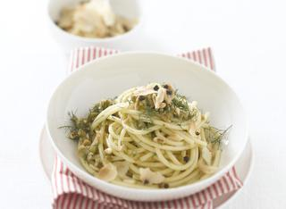 Bucatini con olive verdi, pinoli e finocchietto