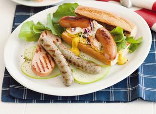 La baguette con wurstel, bratwurst e salsa ai cavoli