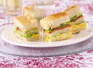 Sandwich di focaccia con uova e salmone