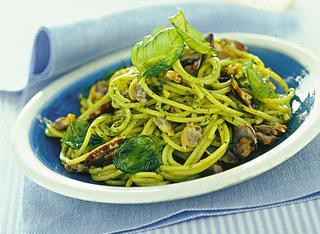 Gli spaghettini con vongole al pesto e basilico fritto