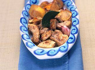 Spezzatino all'alloro con chips di patate novelle