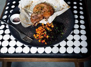 Braciola di maiale con sale rosso, sale nero e paprica