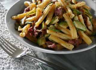 Pasta con zucchine e salamelle