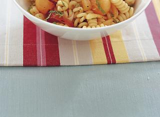 Insalata di pasta con cipollotti e speck