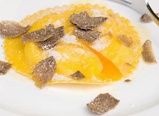 Il raviolone con uova e fonduta al tartufo