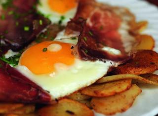 Patate arrostite con uova al tegamino e speck
