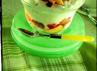 Coppa di yogurt e pesche al pan di spezie