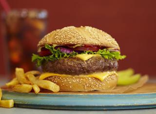 Come fare gli hamburger a casa, come cuocerli e abbinarli