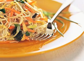 Spaghetti di riso e verdure