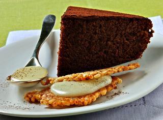 Torta di cioccolato con croccante e crema