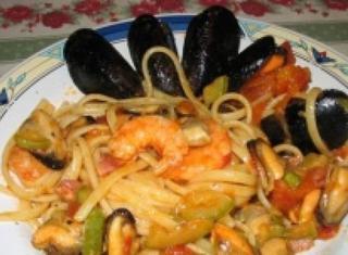 Linguine con cozze, gamberi, zucchine e pancetta