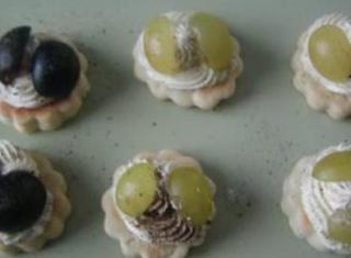 Tartine di brisè con robiola e uva