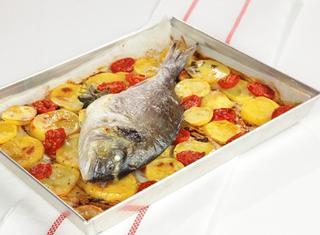 Orata  con patate e pomodori