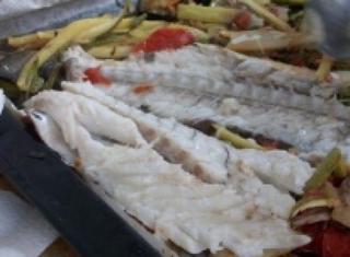 Branzino al cartoccio con verdure miste