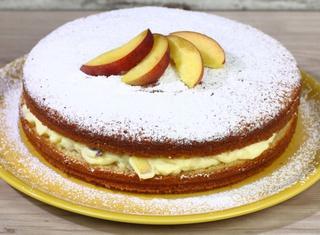 Torta allo yogurt con crema chantilly e pesche