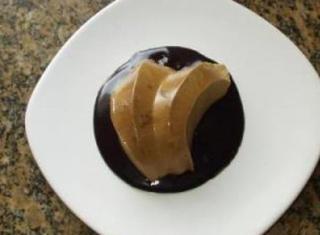 Bavarese al caffè con salsa al cioccolato