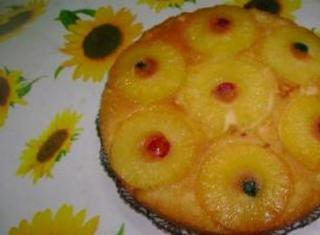 Torta all' ananas con ciliegine