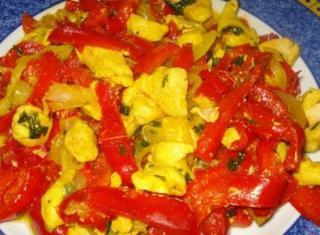 Pollo, peperoni e cipolle