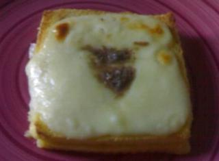 Torta salata con mozzarella e acciughe
