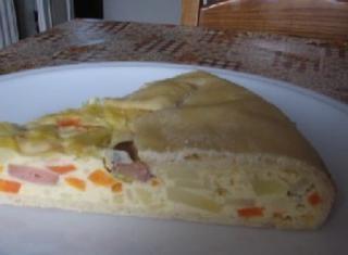 Torta con cipolle, carote, patate, ricotta, wurstel e uova