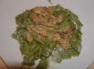Pappardelle verdi al ragù di pollo e funghi porcini secchi