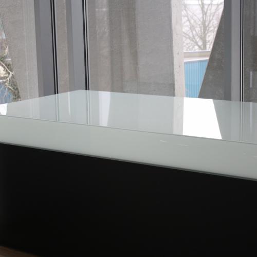 u-v verlijmd meubel in mat gelaagd glas