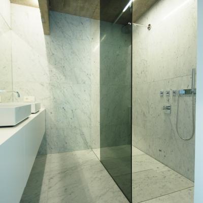 Vrijstaande douchewand in grijs veiligheidsglas (de meester-vliegen architecten)