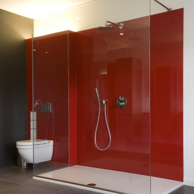 Douchebekleding in luminous red (interieurarchitecte: kissy van den plas)