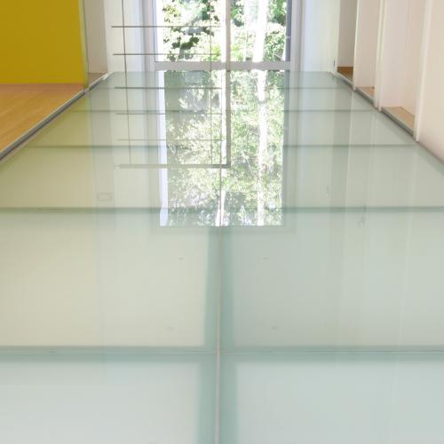 loopvloer met mat glas