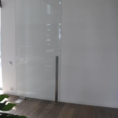 Heldere deur met verlegd draaipunt met u-greep 1100