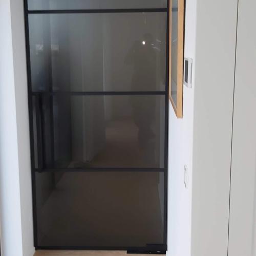 Steel-look deur met grijs verzuurd glas