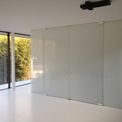 Glazen deuren en wanden in pure white met wit deurbeslag
