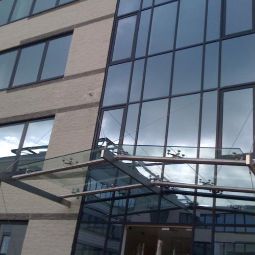 dakconstructie met  spiders in gelaagd gehard glas