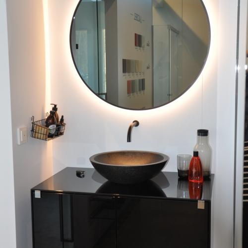 Ronde spiegel met ingebouwde led-verlichting en fijne zwarte kader