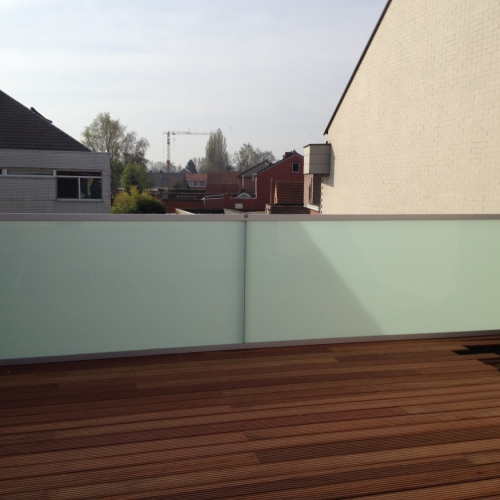 Buitenbalustrade in mat glas, met metalen kader